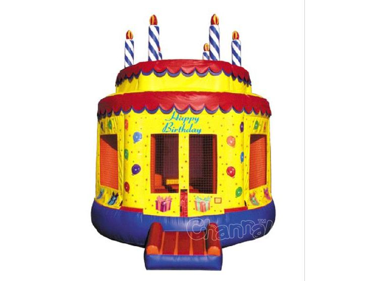Gâteau à l'anniversaire chateau gonflable